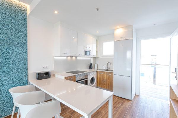 Alcossebre-Sea-Experience-Aparthotel-4-Estrellas-Apartamento-1-dormitorio-baño-adaptado-Comedor-Cocina