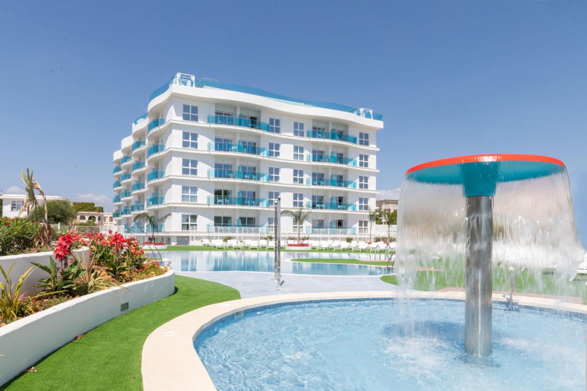 Oferta larga estancia. Teletrabajo en la playa Alcossebre-Sea-Experience-Aparthotel-4-Estrellas-Fachada-Frontal-Dia