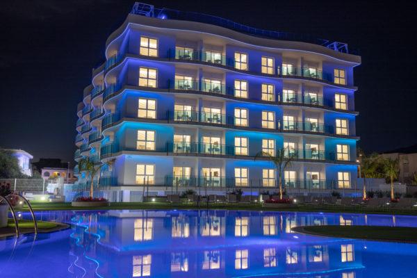 Alcossebre-Sea-Experience-Aparthotel-4-Estrellas-Fachada-Frontal-Piscina-Noche