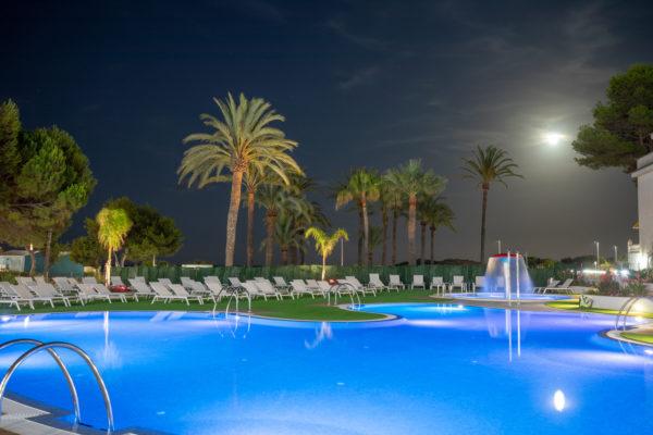 Alcossebre-Sea-Experience-Aparthotel-4-Estrellas-Piscina-Cesped-Noche-1
