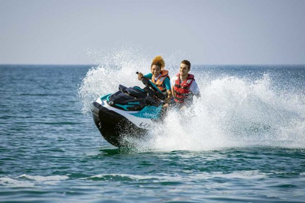 pareja en moto agua